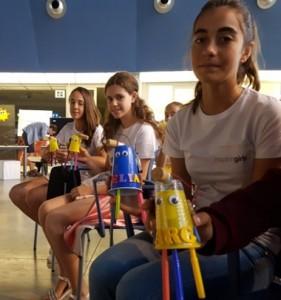 Niñas con sus robots