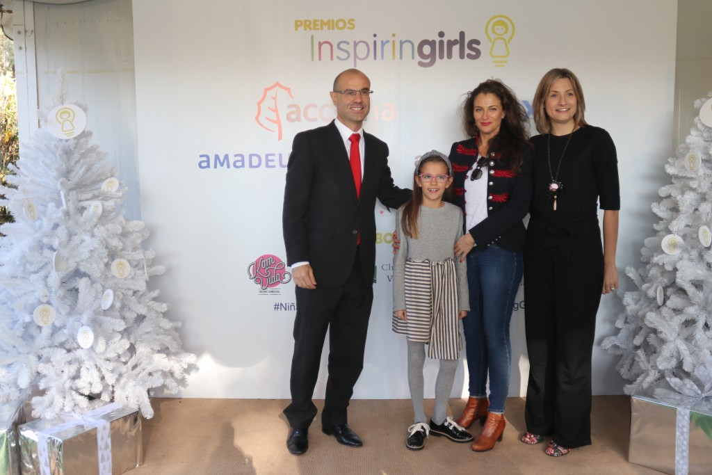 Valeria Corrales con sus padres y su profesora